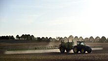 Konventionelle Agrarbetriebe kommen meist nicht ohne Glyphosat aus. Es ermöglicht ihnen, auf das Pflügen zu verzichten.