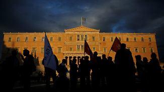 Während im Parlament abgestimmt wird, gibt es draußen Proteste.
