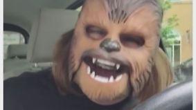 Lachen ohne Ende: Frau mit Chewbacca-Maske knackt Rekord bei Facebook