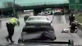 Ausraster bei Verkehrskontrolle: Autofahrerin demoliert Polizeiwagen und flüchtet