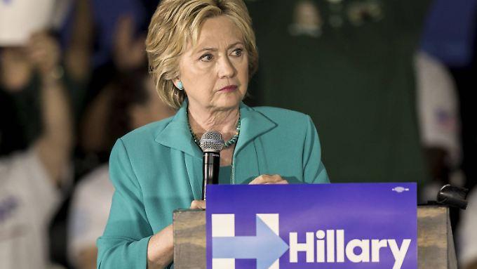 Das für sie leidige E-Mail-Thema lässt Clinton nicht los.