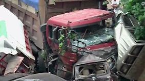 8 Personen verletzt, 17 Autos Schrott: Schwertransporter rast ungebremst auf Kreuzung zu