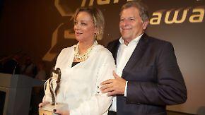 Managerin Sabine Kehm und Laudator Norbert Haug bei der Preisverleihung der Nürburgring-Awards.