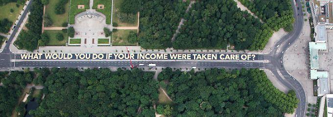 Bedingungsloses Grundeinkommen: Aktivisten rollen 400-Meter-Schriftzug aus