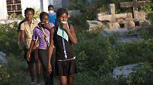 Nach der Beerdigung eines Cholera-Opfers verlassen die Trauernden den Friedhof.