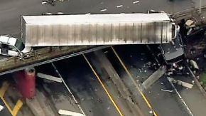Kaum zu glauben, aber wahr: Sattelzug hängt nach Unfall von Brücke herunter