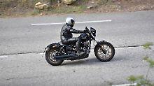 Beeindruckend ist, wie spontan der dicke V2 der Dyna Low Rider S ans Gas geht.