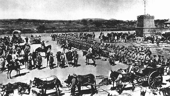 Vor dem Abmarsch in den Kampf gegen die Hereros wird die 2. Marine-Feldkompanie eingesegnet. (Archivfoto von 1904).