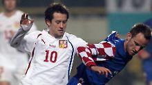 Zwei frühere Bundesliga-Kicker, die sich bei der EM treffen: Ex-Borusse Rosicky und Ex-Schalker Rakitic. Das Bild zeigt beide bei einem Aufeinandertreffen bei einem Freundschaftsspiel im Jahr 2011. Damals gewannen die Kroaten 4:2.