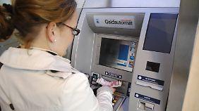 Geldabheben am Automaten ist in Deutschland überdurchschnittlich teuer.