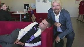 Gesunder Büroschlaf zwischendurch: Richard Branson erwischt Mitarbeiter beim Nickerchen