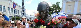 Mit Blumen, Kind und Katze: Krim erhält russisches Soldatendenkmal