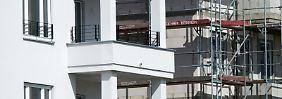 Manche Käufer wollen eine Eigentumswohnung nicht selber nutzen. Eine vermietete Immobilie kann eine stabile Rendite bringen. Dafür muss ein Kauf aber gut geplant werden.