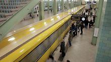 Vorfall am Berliner Alexanderplatz: Mann stößt 60-Jährige auf Gleis