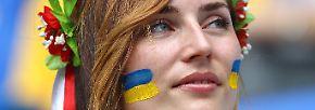 """Diese Dame wartet derweil auf """"Noch ist die Ukraine nicht gestorben"""". Stimmt - aber mindestens einen Punkt sollten die Gelb-Blauen schon holen, sonst können sie das Achtelfinale womöglich schon abschreiben."""