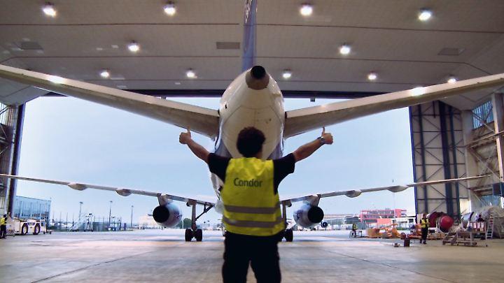 Ein Flugzeug im Hangar.