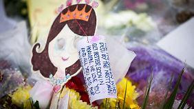 In Birstall in Yorkshire liegen Bilder und Blumen an dem Ort, wo Jo Cox ermordet wurde.