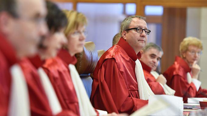Andreas Voßkuhle (Vierter v.l.) und die anderen Verfassungsrichter haben die EZB-Krisenpolitik gebilligt.