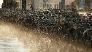 ... Platzregen runterkommen. Dann ist nur ein kleines Gebiet betroffen (oft weniger als ein Quadratkilometer) und es regnet nur wenige Minuten.