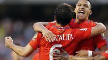 Jose Pedro Fuenzalida und Alexis Sanchez freuen sich über den Finaleinzug der Chilenen.