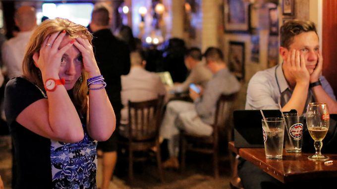Gäste eines Pubs in London reagieren auf das Ergebnis des Referendums.