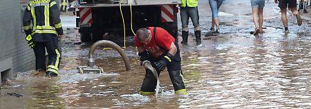 Zeitweise stand das Wasser zwei Meter hoch in den Straßen - viele Hilfskräfte waren im Einsatz.