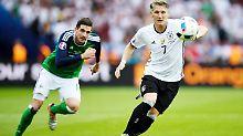 Der deutsche EM-Rekordspieler Bastian Schweinsteiger, hier im Duell mit Nordirlands Kyle Lafferty, hofft gegen die Slowakei auf seinen nächsten Einsatz.