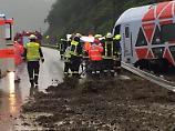 Zehn Verletzte in Regionalbahn: Zug entgleist nach Erdrutsch