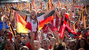 Mit drei Toren ins Viertelfinale: Fans kommen aus dem Jubeln nicht mehr heraus