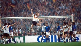Andreas Brehme feiert sein 1:1-Tor gegen Italien.
