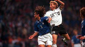 Bei der EM 1996 spielte beide Teams wieder unentschieden, hier duellieren sich Paolo Maldini und Jürgen Klinsmann in der Luft.
