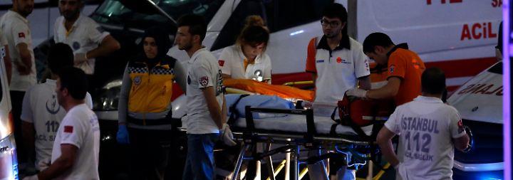 Mindestens 41 Menschen reißen die Attentäter in den Tod, ...
