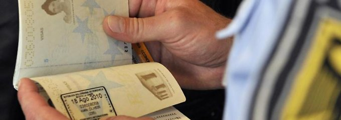 Sichten Grenzbeamte am Flughafen Ausweisdokumente, achten sie auf Gültigkeit und Fälschungsmerkmale.
