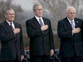 Der Präsident mit Richard Cheney (r.) und Donald Rumsfeld.