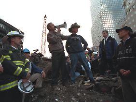 Drei Tage nach den Anschlägen besucht der Präsident New York. Auf den Trümmern des World Trade Centers kündigt er Vergeltung an.