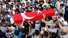 Ein Opfer des Anschlags wird unter großer Anteilnahme in Istanbul beerdigt.