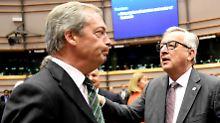 Nigel Farage und Jean-Claude Juncker diskutieren im Europäischen Parlament - bevor Farage seinen Rückzug ankündigt.