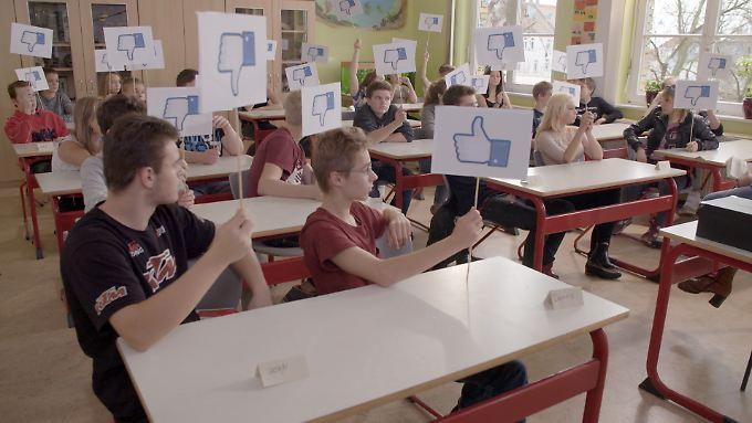 Bei Ann-Marlene Henning wird auch schon mal mit den Papp-Daumen darüber abgestimmt, wie man sich am besten in den Sozialen Netzwerken verhält.