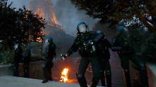 Mit Tränengas reagierten Polizisten auf die Randale am Eiffelturm und auf den Champs-Élysées.