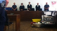 Angeklagter hält sich die Augen zu: Video im Prozess gegen Silvio S. gezeigt
