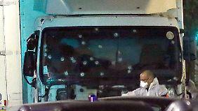 Die Spurensicherung untersucht den Lkw, dessen Frontscheibe zahlreiche Einschusslöcher aufweist.
