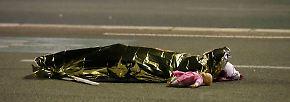 Auf dem Boulevard liegen abgedeckte Leichname.