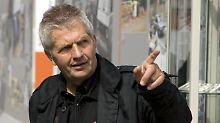 """Roland Jahn bei der Open-Air-Ausstellung """"Friedliche Revolution 1989/90"""" auf dem Alexanderplatz in Berlin."""