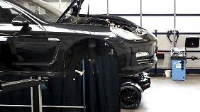 Der Electric Porsche Panamera auf der Hebebühne.