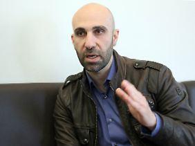 """Ahmad Mansour, Jahrgang 1976, ist ein israelisch-arabischer Psychologe und Autor. Er ist Programmdirektor der European Foundation for Democracy und Sprecher des Muslimischen Forums Deutschland. Ende 2015 erschien bei S. Fischer sein Buch """"Generation Allah. Wieso wir im Kampf gegen religiösen Extremismus umdenken müssen""""."""