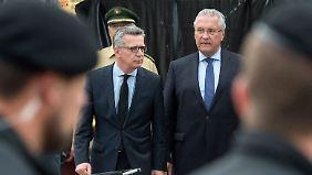 Thomas de Maizière und Joachim Herrmann am Samstag am Tatort des Amoklaufs von München.