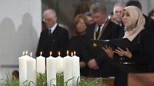 Zunächst wird im Münchner Liebfrauendom der Opfer gedacht - etwa mit neun brennenden Kerzen.
