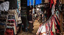 Wirtschaftsantrieb oder Dämpfer?: Was deutsche Altkleider in Afrika machen