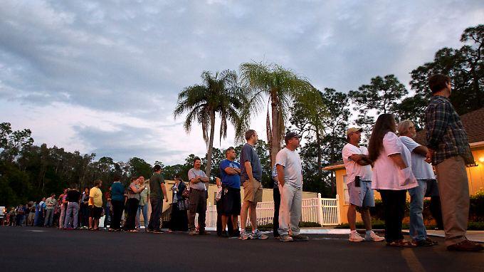 Vor einem Wahllokal in Fort Myers in Florida warten Wähler im November 2012, dass sie ihre Stimme abgeben können.