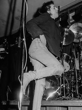 Immer barfuß auf der Bühne: Rio Reiser bei einem Konzert 1984.
